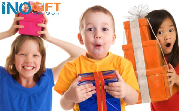 Quà tặng cuối năm cho trẻ mầm non thì nên tặng gì ?
